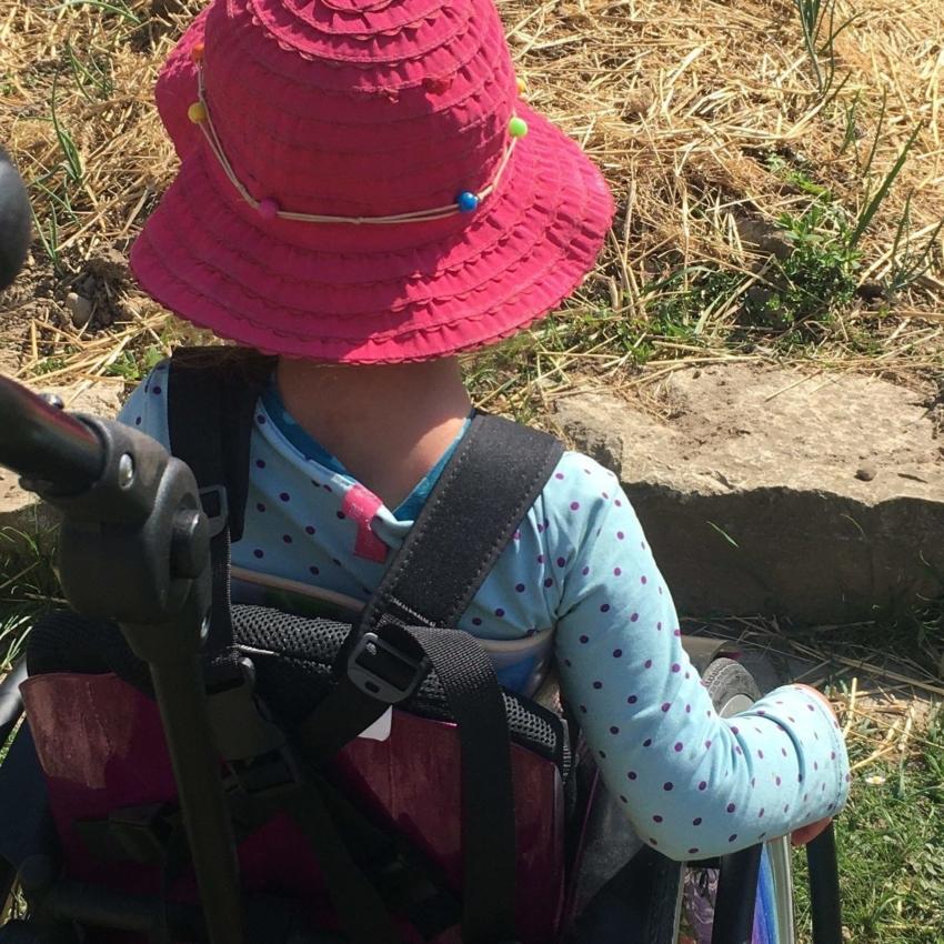 Kind mit Behinderung im Garten